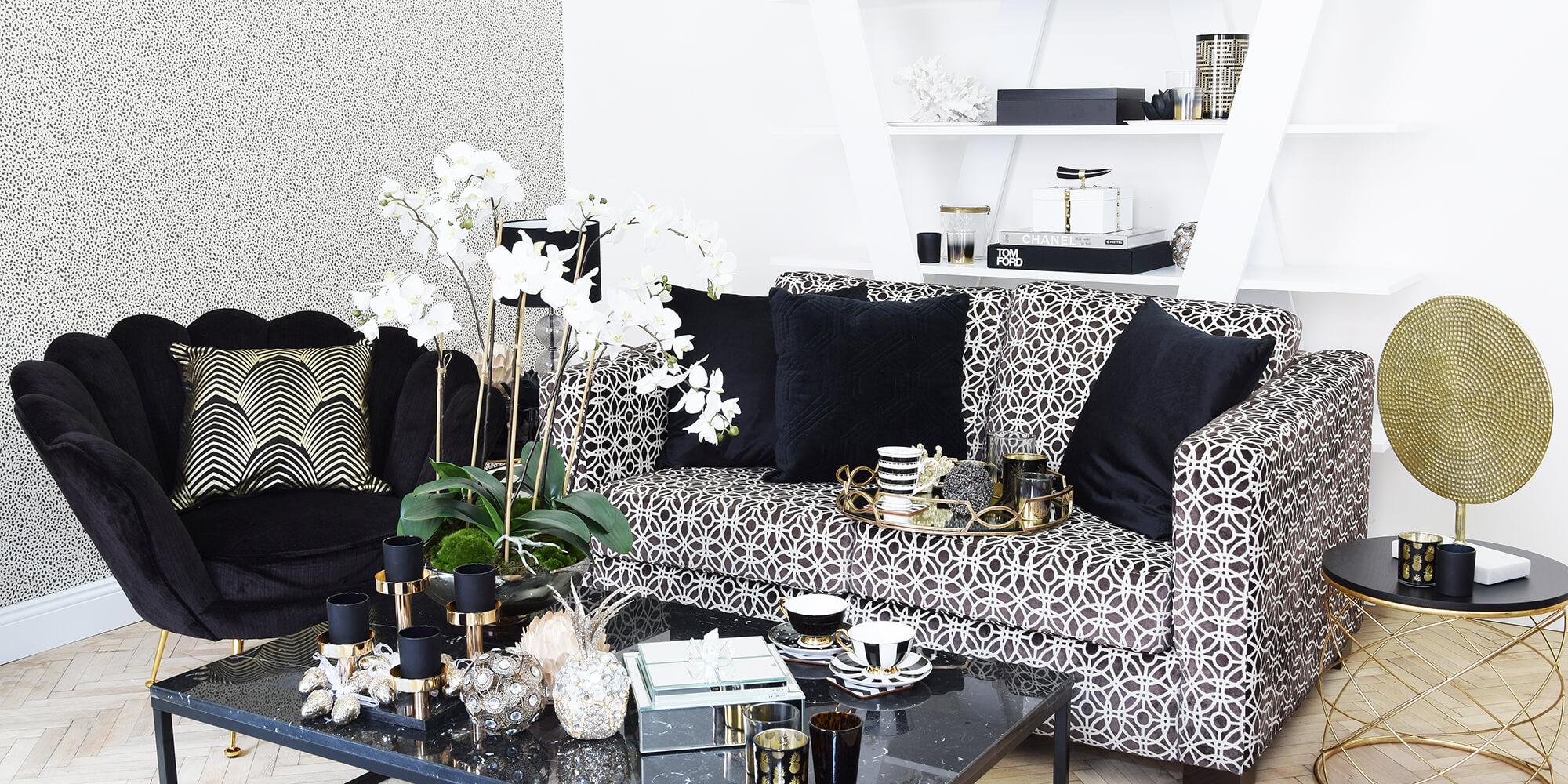 Wohnzimmer mit eleganten, schwarzen Akzenten
