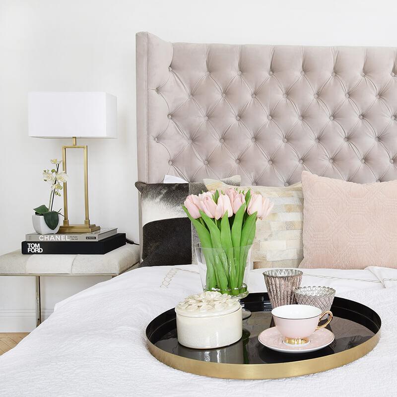 Traumschlafzimmer mit Hocker als Nachttisch
