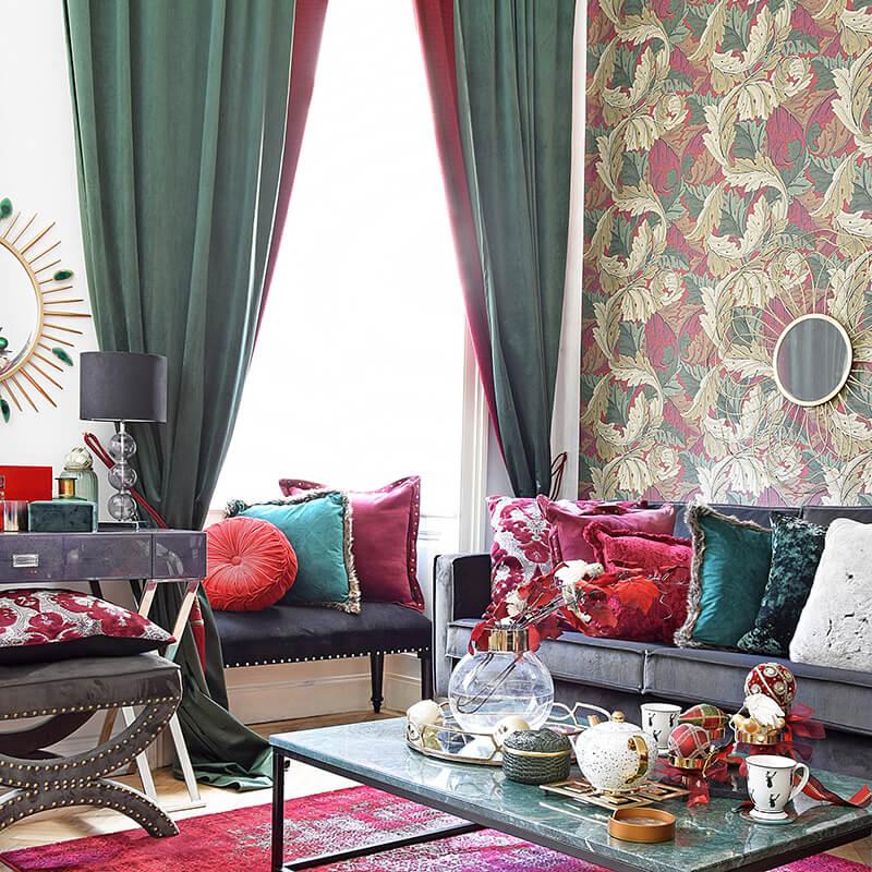 cozy Bettbank dekoriert mit edlen Deko-Kissen