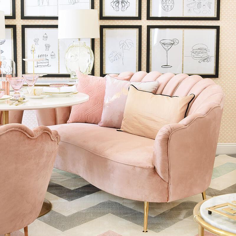 Cozy Dining Area - Rosa Samtsofa in Muschelform