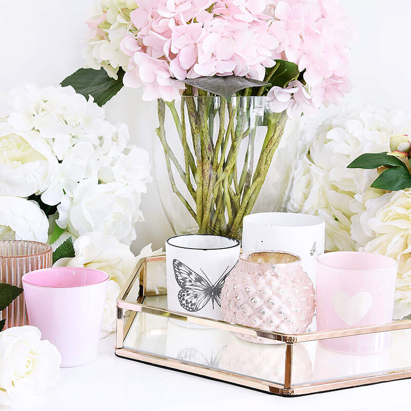 Ein Meer aus Blumen & Teelichtern