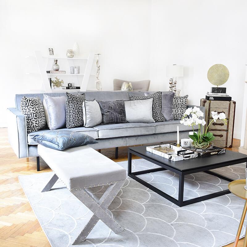 Ein Traum aus Samt! Hellgraues Sofa & kuschelige Kissen