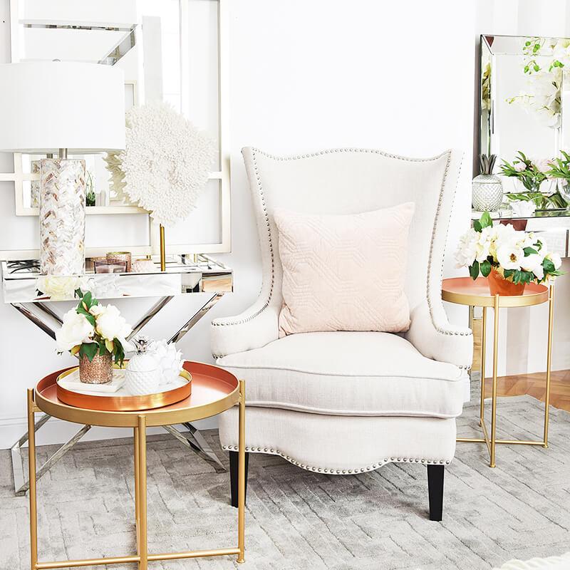 prächtiger Armlehnstuhl & Deko in Pastelltönen