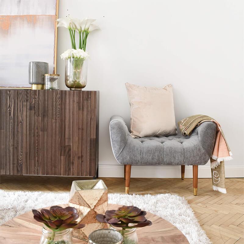 Hocker mit stylischen Holz Füssen