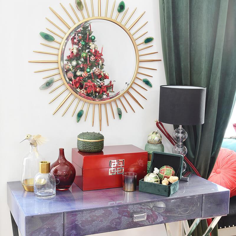 moderne Konsole mit weihnachtlicher Dekoration