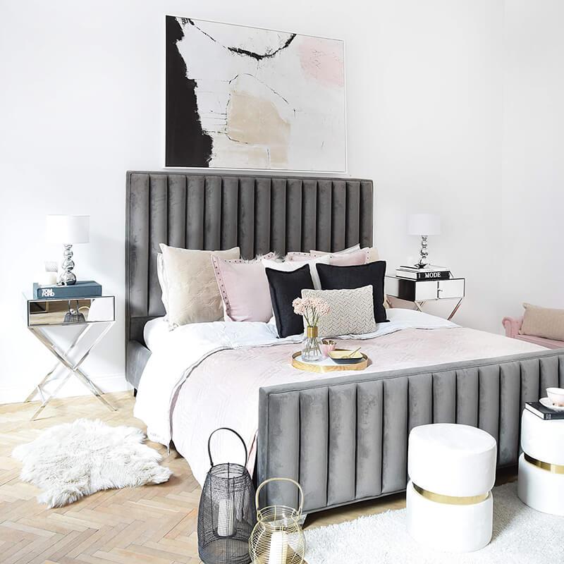perfektes Schlafzimmer mit Samtbett