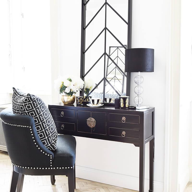 Ein schwarzer Schminkstuhl mit Glamour-Feeling