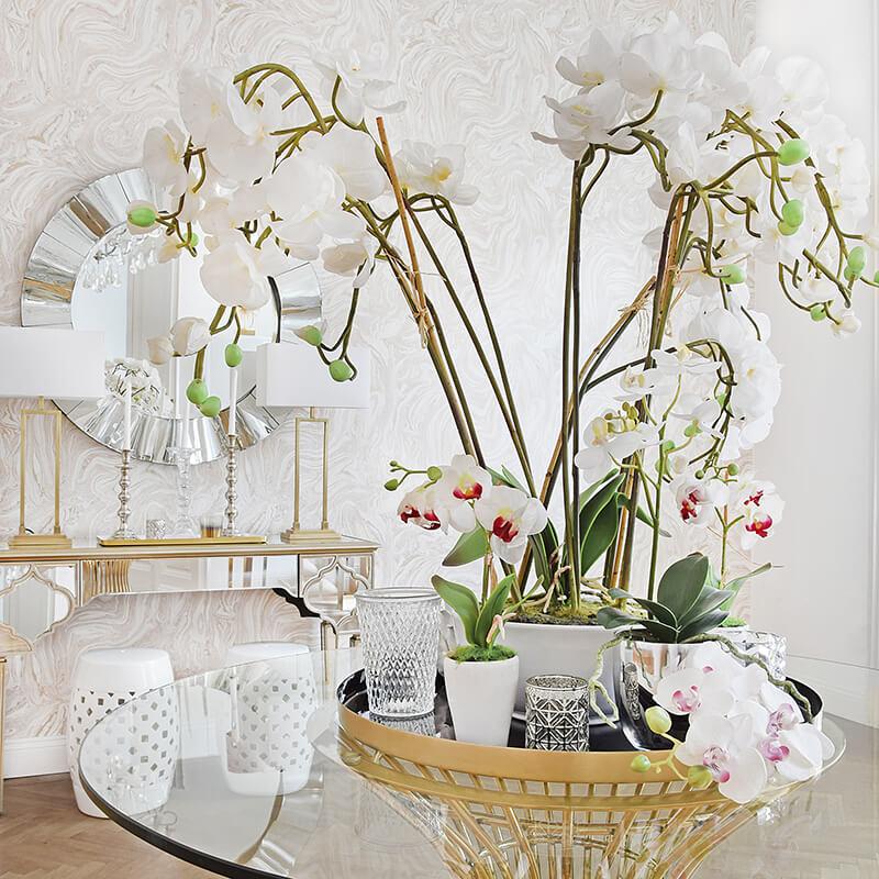 Deko-Blumen als Blickfang im Eingangsbereich