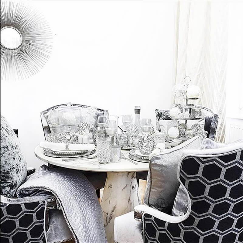 Marmor-Esstisch im Weihnachts-Glam-Look