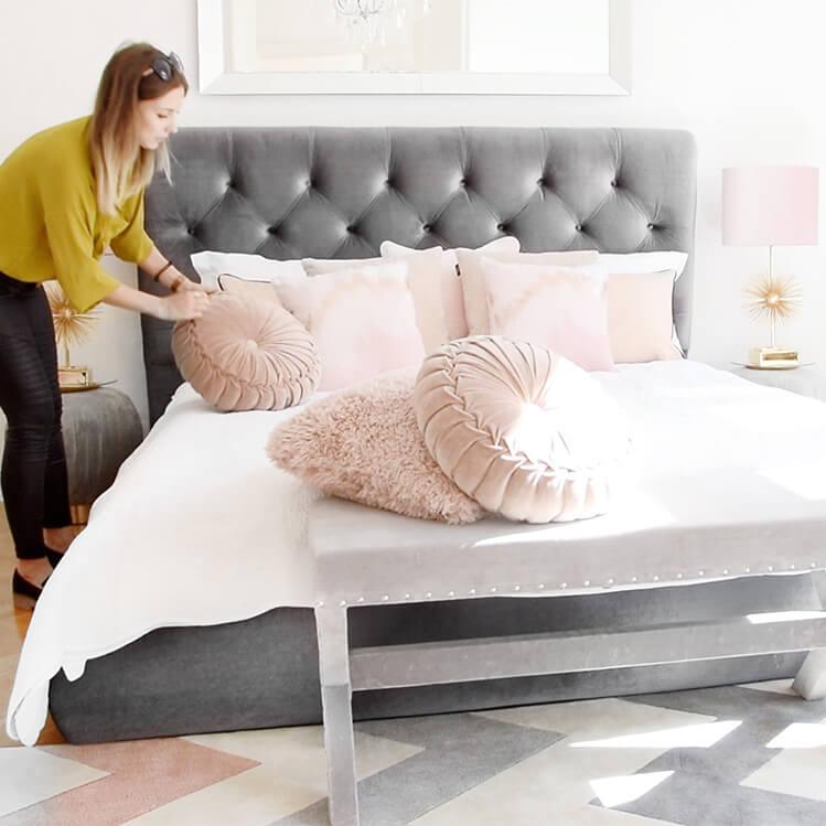 Schlafzimmer mit rosa Farbakzenten