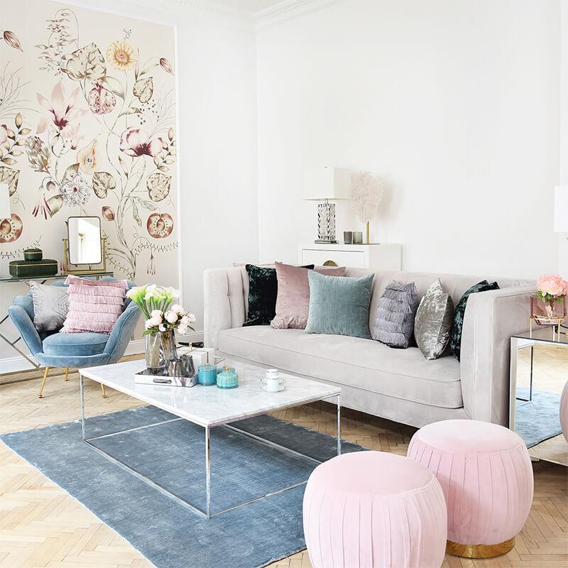 Wohnzimmer-Lounge mit sommerlichen Farbakzenten