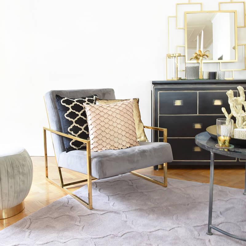 Relax! Stylisher Samtsessel mit goldenen Details