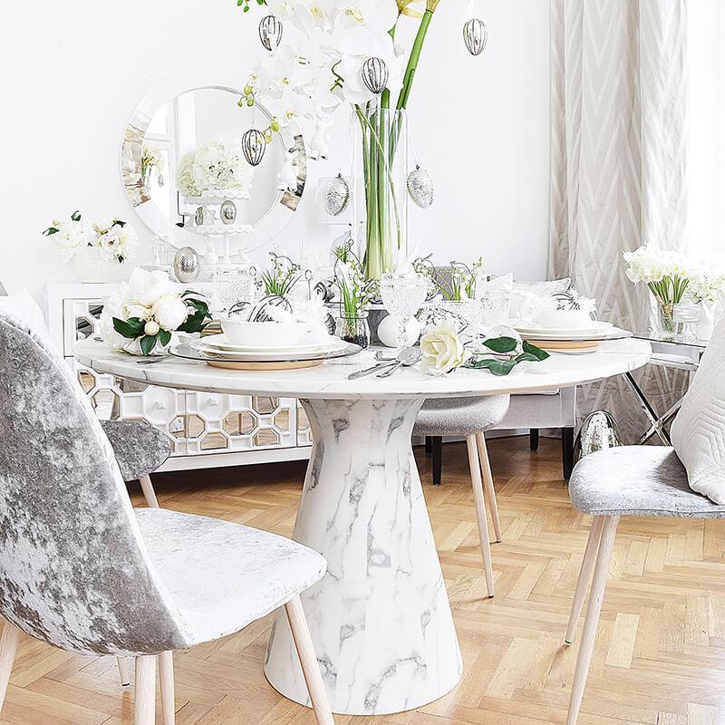 runder, weißer Esstisch in Marmor-Optik
