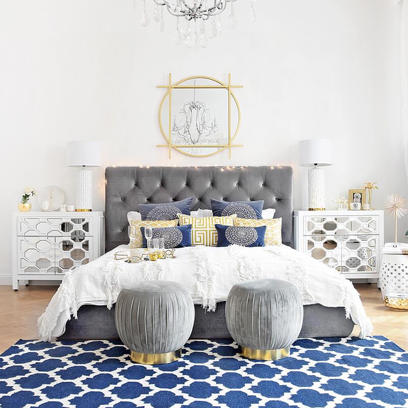 Samtbett-Look 2: Blaue Akzente & geometrische Muster