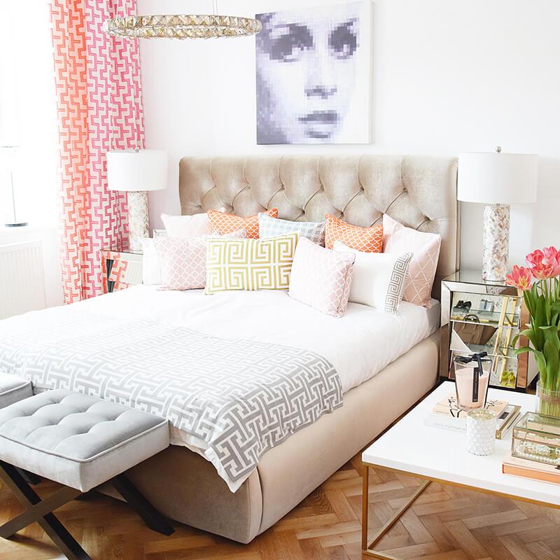 Schlafzimmer Traum: gold-beiges Samtbett & viele Dekokissen