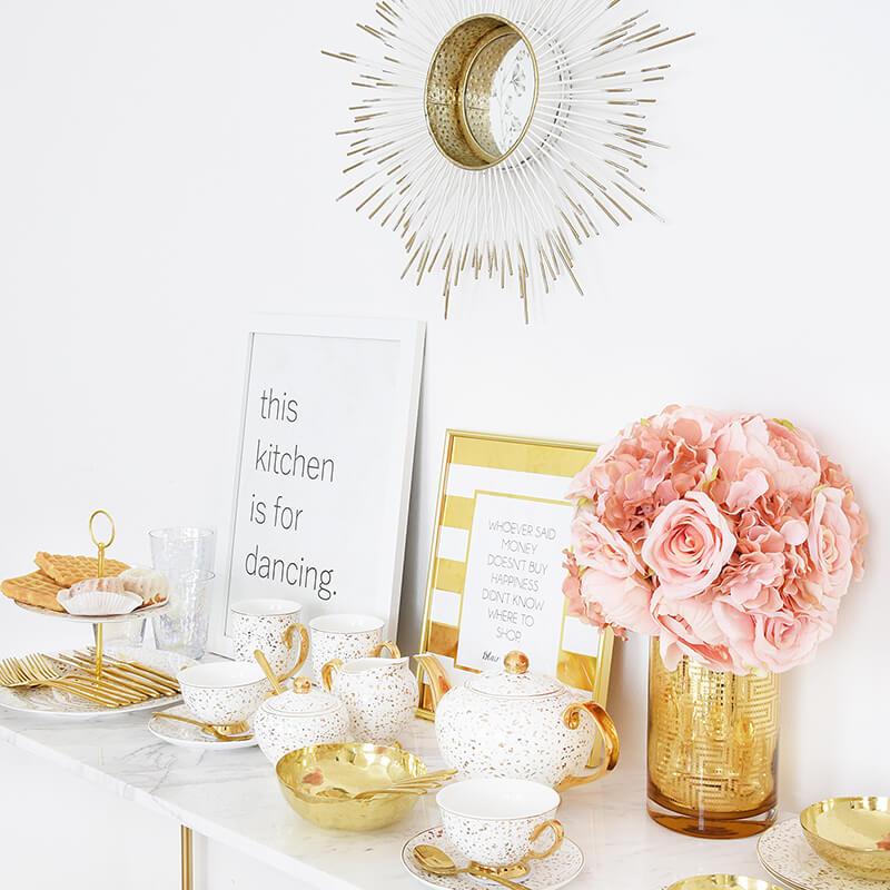Teeservice in edlem Weiß und Gold