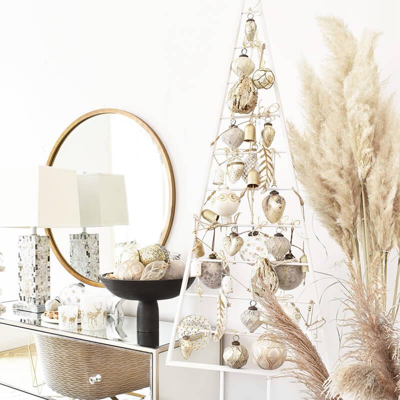 Weihnachtskugeln Trend: Naturfarben & goldene Highlights