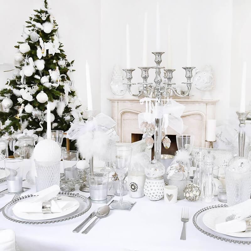 Festliche Weihnachtstafel in strahlendem Weiß