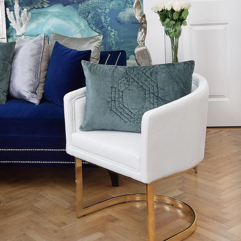 Wohnzimmer in Weiß, Gold & Blau