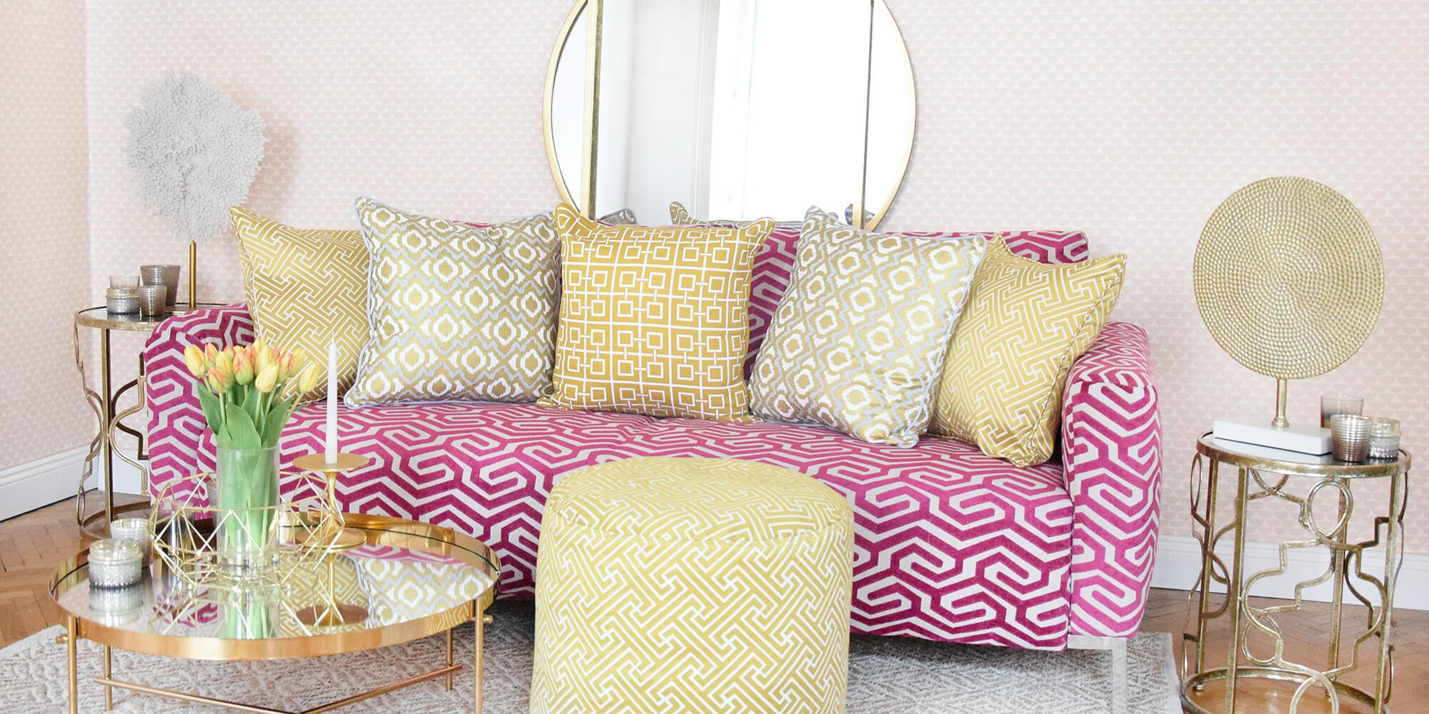 Freaky Pink: gemustertes Sofa mit Lemon-Details