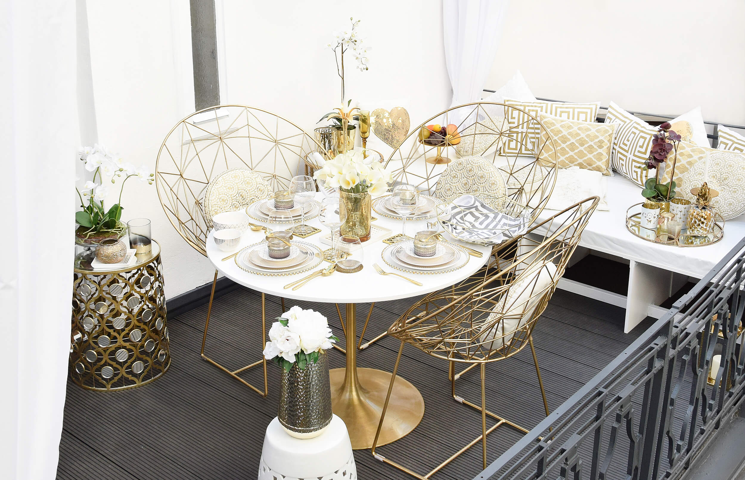 Glamorous Gold Balcony - Terrassenlounge in Weiß & Gold