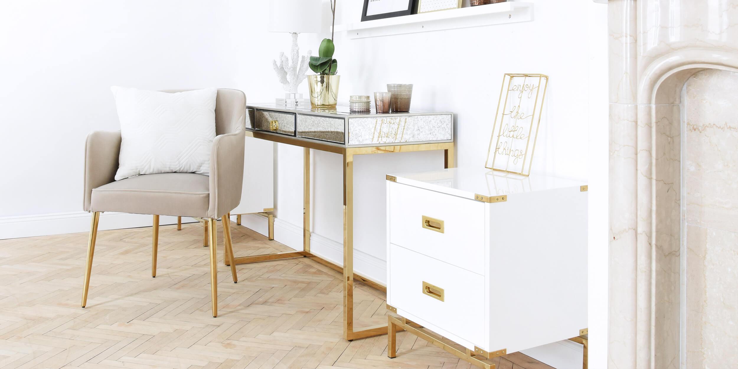 verspieltes Home-Office in Weiß & Gold