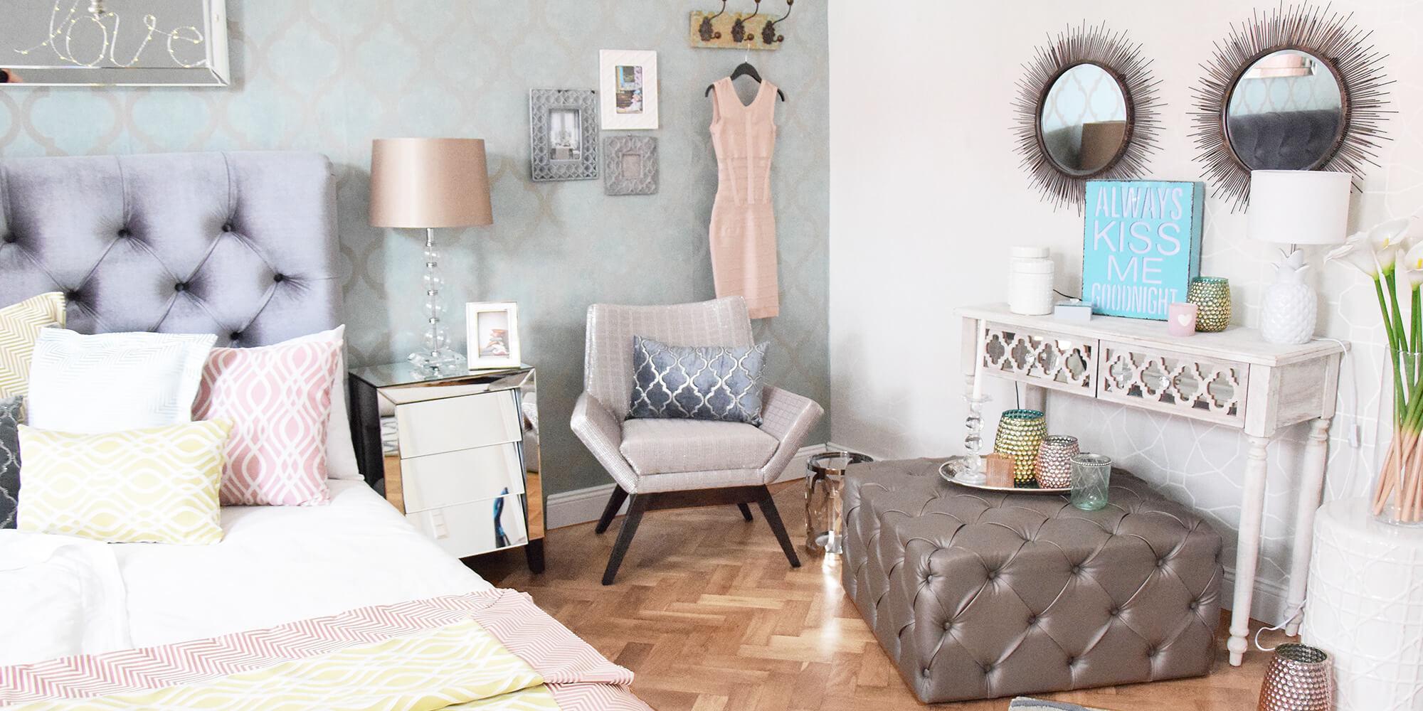 Blickfang im Schlafzimmer mit satinbezogenen Hocker
