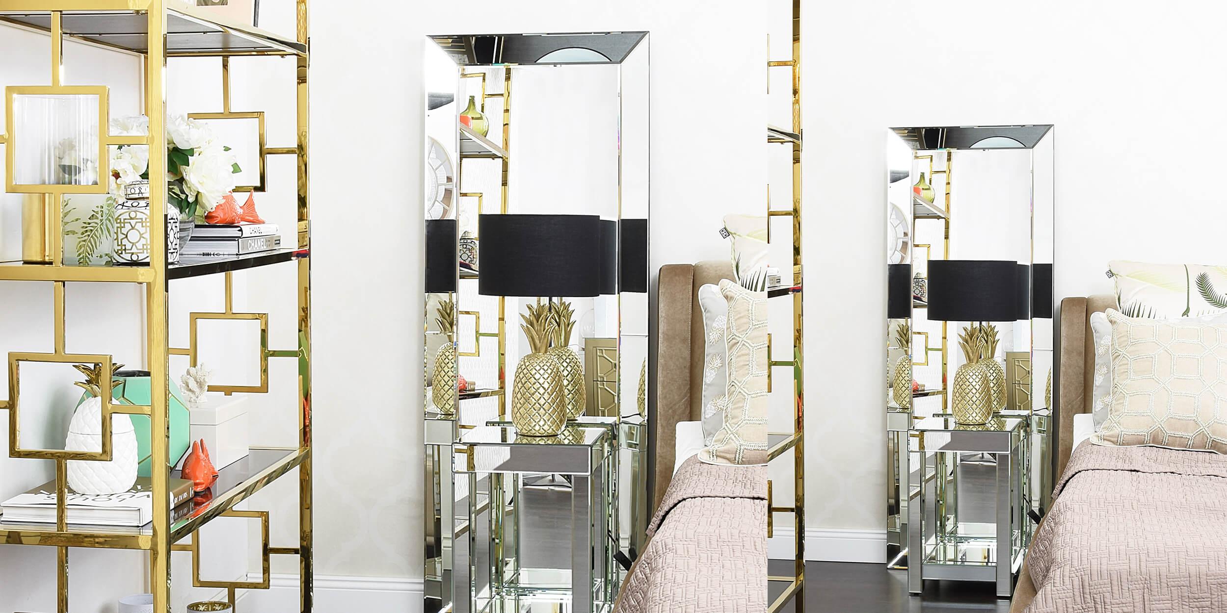 verspiegelter Nachttisch & goldene Ananaslampe