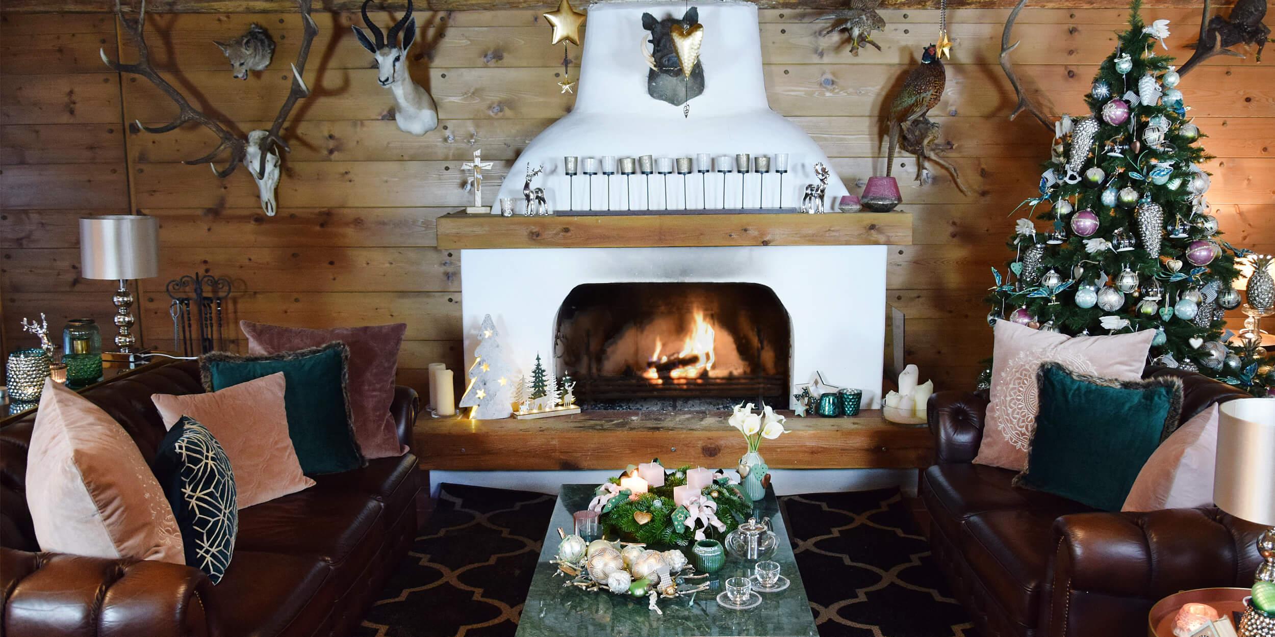 weihnachtlich geschmücktes Wohnzimmer mit Kaminfeuer