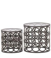 zwei runde Beistelltische aus Metall mit Lochmuster und Glasplatte