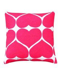 verspieltes Dekokissen mit großflächigem Herzmuster in kräftigem pink
