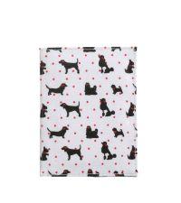weiße Reisepasshülle mit schwarzen Hundemotiven und pinken Punkten