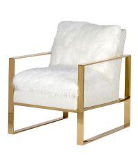 weißer Armlehnsessel mit flauschiger Sitzfläche mit Fellbezug und goldenem Metallrahmen