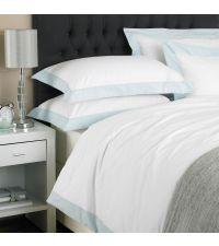 weiße Baumwoll-Bettwäsche mit hellblauem Stehsaum