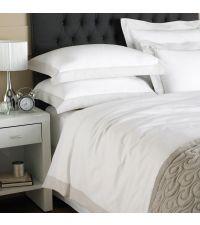 weiße Baumwoll-Bettwäsche mit hellgrauem Stehsaum