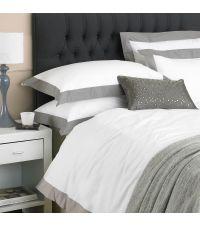 weiße Baumwoll-Bettwäsche mit grauem Stehsaum