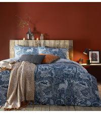 blaue Bettwäsche bedruckt mit Hirschen, Hasen & großen Bäumen