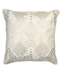 glänzendes Kissen mit goldenem, erhabenen geometrischen Muster by Saskiasbeautyblog