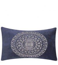 blaue, längliche Kissenhülle aus Samt mit floralen Stickereien by Saskiasbeautyblog