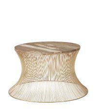 Couchtisch mit trendigem Materialmix aus goldenen Metallstreben und Oberfläche aus Holz