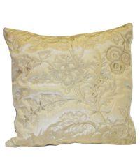 goldene Kissenhülle mit floraler Musterung