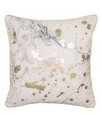 goldenes Dekokissen bedruckt mit grau-weißem Marmor-Effekt verziert mit gold glänzenden Farbspritzern und goldenem Keder