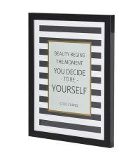 schwarz-weiß gestreiftes Bild mit Chanel Quote