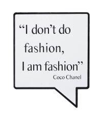 weißes Coco Chanel Fashion-Spruch Schild