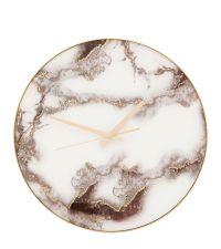 moderne Wanduhr in marmorierter Optik mit goldenen Zeigern
