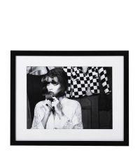 gerahmtes Schwarz-Weiß-Foto 'Lockenwickler' mit schwarzem, strukturierten Holzrahmen