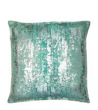 grüne Kissenhülle mit Farbverlauf und Schlangenleder-Aufdruck aus Metallic-Folie in silber