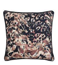 Kissenhülle mit abstrakt gemusterter Vorderseite in Blush bis Schwarz mit Kederumrandung