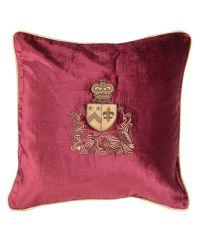 Kissenhülle aus rotem Samt mit königlichem, goldenem Wappen, kleinen Perlen-Details und goldenem Keder