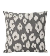 graue Kissenhülle mit abstraktem Leoparden-Muster in weiß